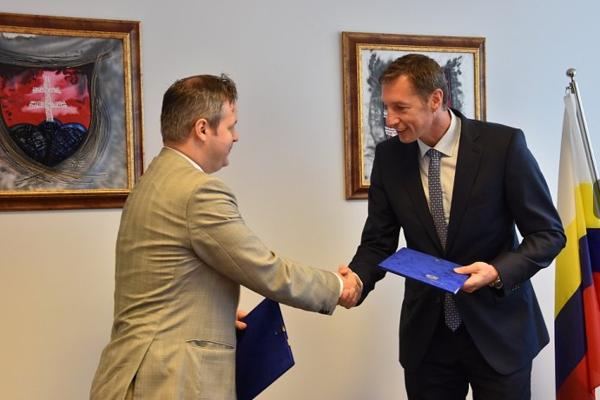 Dohodu o zriadení a financovaní pobočky podpísali na pôde Úradu PSK predseda Milan Majerský a riaditeľ Spoločného technického sekretariátu (STS) programu so sídlom v Budapešti Áron Szakács.