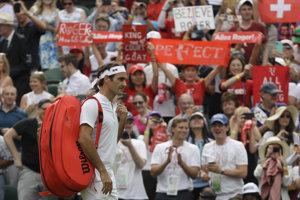 Roger Federer počas príchodu na dvorec pred zápasom s Lukášom Lackom.