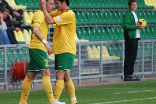 Admir Vladavič (vľavo) sa teší s Mislavom Karoglanom z gólu proti Ružomberku. V lete možno prestúpia zo Žiliny do iných klubov.