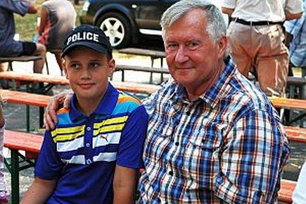 Lukáša priviedol k včeláreniu dedko, daroval mu prvé dva roje.