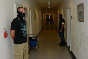 Policajná razia v Dome seniorov Iris.