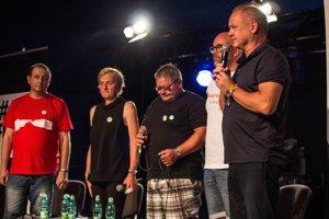 Prezident SR Andrej Kiska (vpravo) sa prihovára k návštevníkom festivalu spoločne so Zlaticou Kušnírovou (druhá zľava) a Jozefom Kuciakom, rodičmi zavraždeného novinára Jána Kuciaka a jeho priateľky Martiny Kušnírovej, šéfredaktorom Aktuality.sk Petrom Bárdym (druhý sprava) a reportérom Jánom Petrovičom (vľavo) počas tretieho dňa 22. ročníka multižánrového festivalu Pohoda.