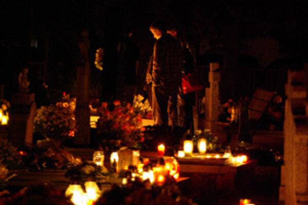 Cez víkend sme zapaľovali sviečky na hroby blízkych. Záber je z Dolného Hričova.