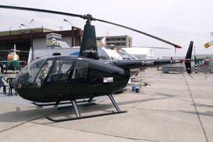 Takto vyzerá Robinson R44 Raven. Foto je z leteckej výstavy v Berlíne v roku 2010.