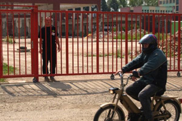 Brána k areálu, kde chcú deti Jána Slotu fabriku na polystyrén.