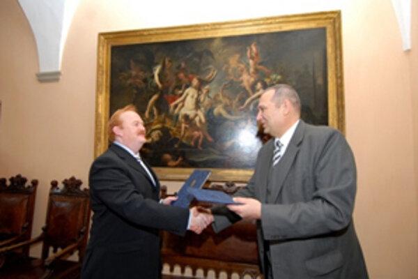 Ivan Harman a Pavel Rödl pri uzavretí dohody o partnerstve miest.