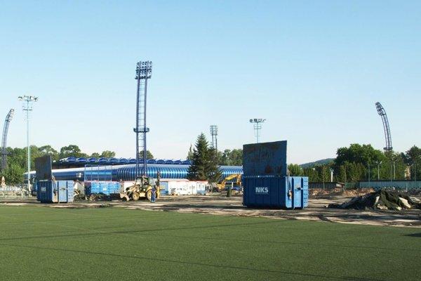 Hlavne mládež FC Nitra sa teší na nový umelý trávnik. Práce sa už začali.