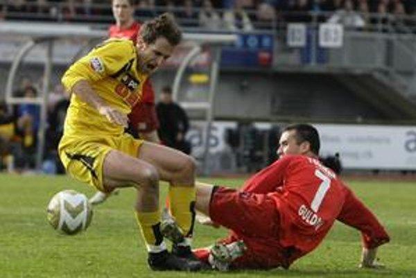 Ľubomír Guldan (v červenom drese FC Thun) fauluje Haeberliho z tímu Young Boys Bern. Guldan nastúpil za Thun v 24 zápasoch.