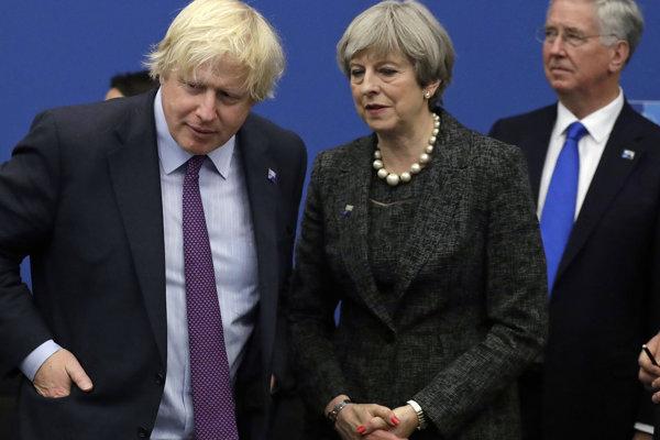 Theresa Mayová s Borisom Johnsonom.