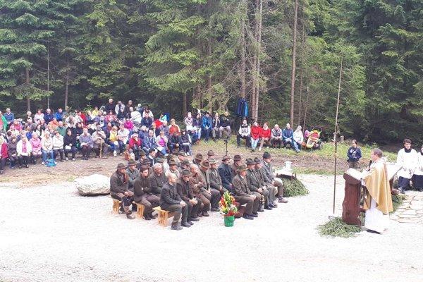 Na slávnosť prišlo veľa dedinčanov, poľovníci ich po svätej omši pohostili gulášom.