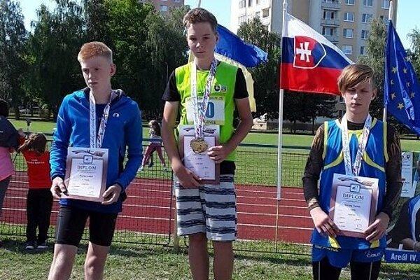 Matúš Jurina (v strede) si posledným hodom zabezpečil zlatú medailu.