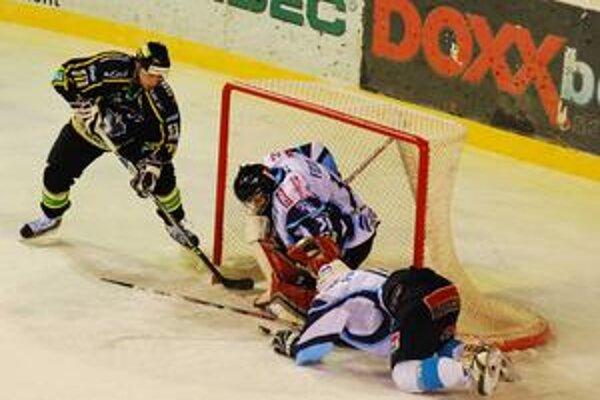Žilinčan Martin Hájnik sa snaží dotlačiť puk za gólmana Nitry Fedora.