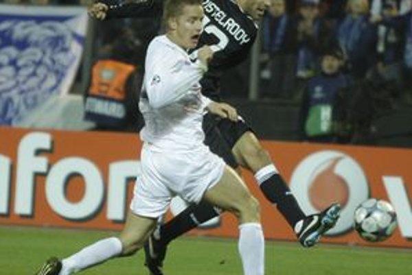Tomáš Hubočan (vľavo) bojuje o loptu s Ruudom van Nistelrooyom (vpravo) z Realu Madrid v zápase Ligy majstrov. Ďalšie európske skúsenosti Tomáš naberie kvôli zraneniu zrejme až v budúcej sezóne.
