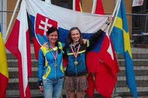 Vpravo usmiata svetová šampiónka Katarína Lamiová. Vedľa nej ďalšia slovenská medailistka, bronzová Silvia Chupeková.