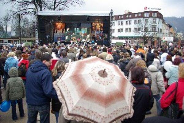 Na Hlinkovom námestí sa zišli tisícky ľudí. Kapely hrali na podporu prezidentskej kandidátky Ivety Radičovej.