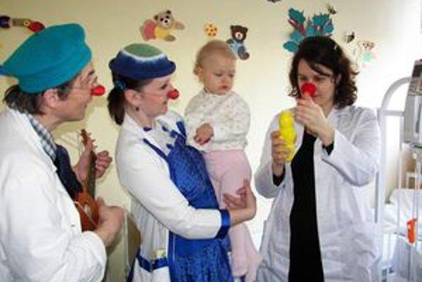 Petra Polnišová a ostatní klauni medzi deťmi