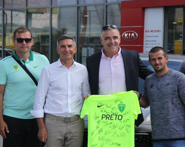 Zľava: tréner MŠK Žilina Jaroslav Kentoš, majiteľ MŠK Žilina Jozef Antošík, spolumajiteľ firmy Auto Becchi Peter Belinský a futbalista Viktor Pečovský.