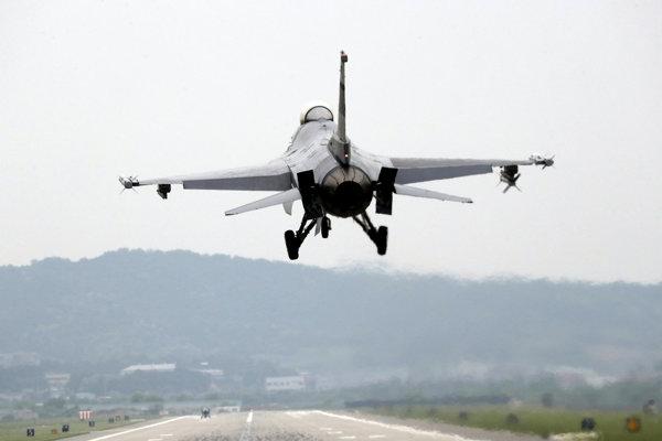 Stíhacie lietadlo F-16 amerického vojenského letectva.