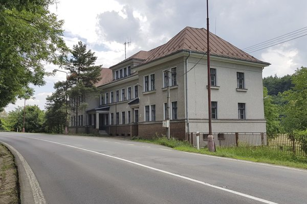 Nevyužívaná budova v Šiatorskej Bukovinke v okrese Lučenec situovaná niekoľko sto metrov od štátnej hranice s Maďarskom, ktorú chce samospráva prestavať na byty.