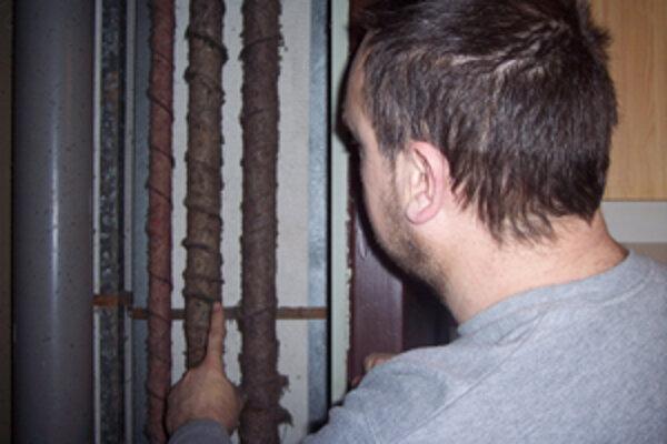 """Po tomto potrubí tiekla cícerkom voda zo štvrtého poschodia až do pivnice,"" tvrdí nájomník Jozef."