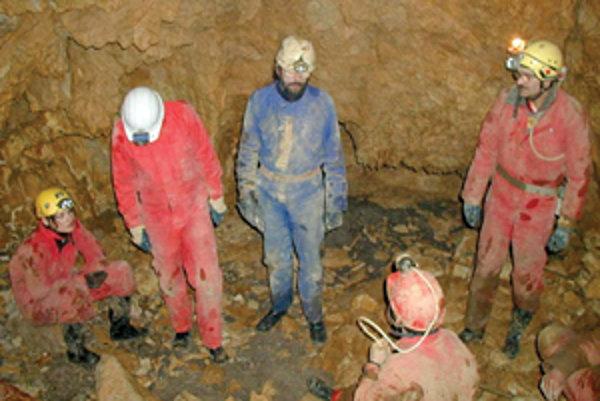 Strážovskí jaskyniari v najhlbšom mieste jaskyne Četníkova svadba.