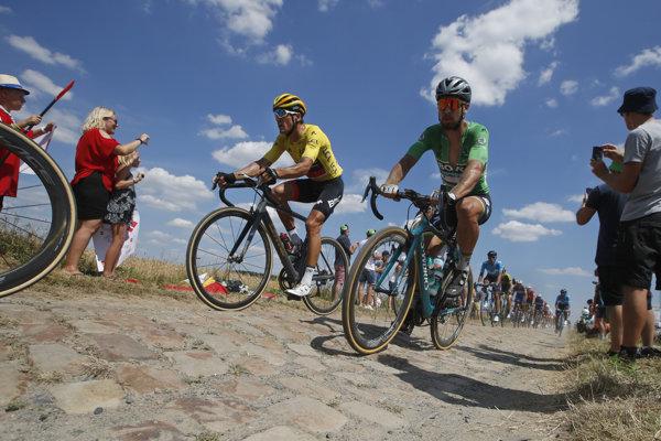 Peter Sagan (vpravo v zelenom drese) počas 9. etapy na Tour de France 2018, vedľa neho v žltom drese Greg van Avermaet.