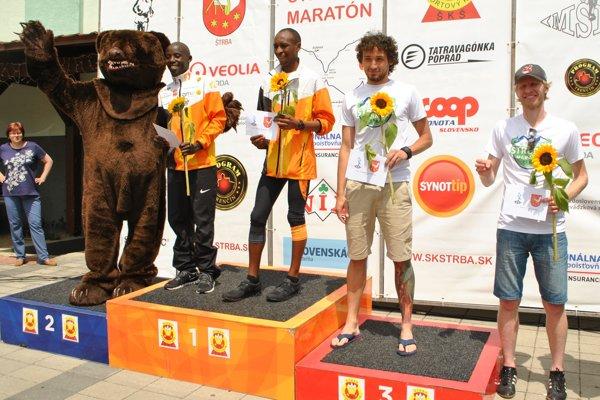 Najrýchlejší bežci vkategórii do 39 rokov, úplne vpravo je štvrtý Vladimír Majerčák.