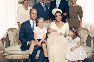 Oficiálna fotografia britskej kráľovskej rodiny pri príležitosti krstu princa Louisa.