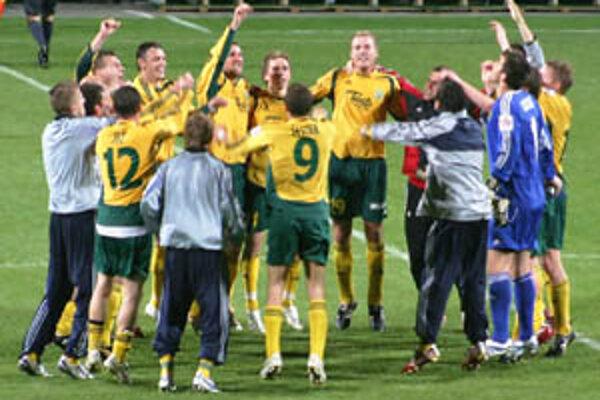 Žilinskí futbalisti sa po zápase s Artmediou tešili z dôležitého víťazstva.