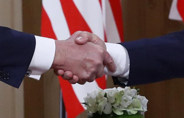Detail na podanie rúk oboch štátnikov.