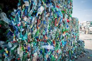 Dnes sa na Slovensku darí vyzbierať viac ako 70 percent plastových fliaš, ktoré sa u nás dostanú do obehu.