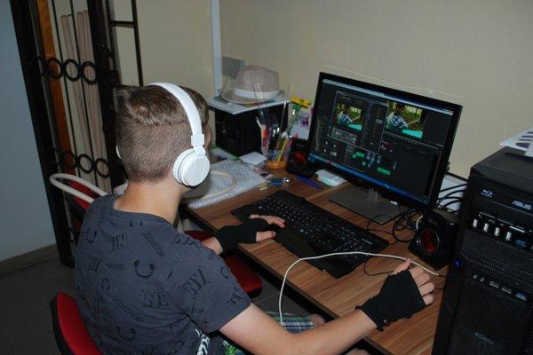 Timotej Ziman strihá filmy v programe Adobe Premiere.