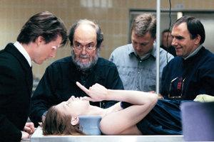 Stanley Kubrick (s bradou) pri nakrúcaní svojho posledného filmu Eyes Wide Shut. Vľavo stojí Tom Cruise.