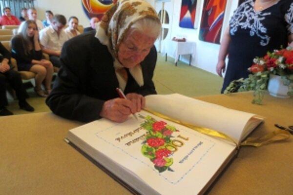 Jubilantka sa podpísala do kroniky obce.