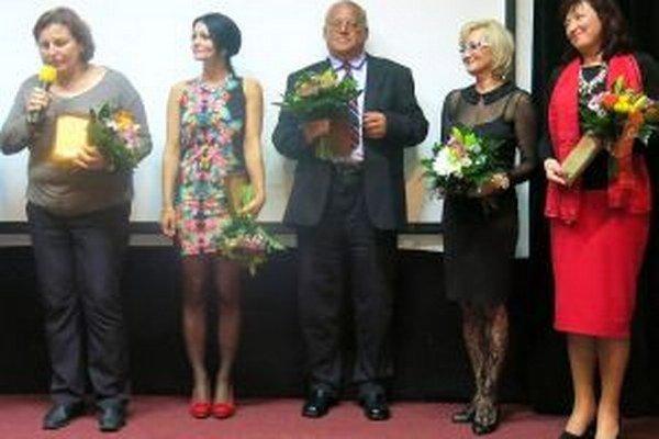 Martina Vicáňová (druhá zľava) medzi piatimi ocenenými.