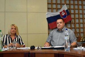 Prednostka Okresného úradu Michalovce Jana Cibereová a hlavný hygienik SR Ján Mikas na zasadnutí krízového štábu.