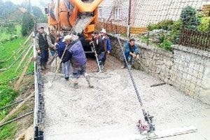 Cestný betón stavebníci upravili metličkovou metódou.