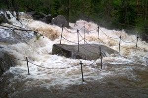 Rozvodnené Studenovodské vodopády v stredu popoludní.