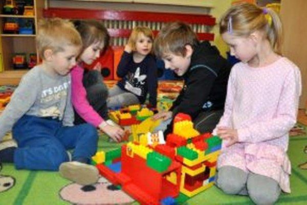 V súkromnej materskej škole sa o deti starajú od šiestej hodiny ráno do pol šiestej večer.