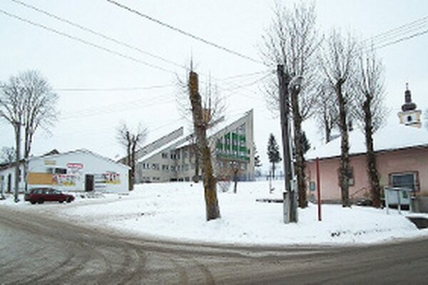 Vľavo konzum, vpravo katolícky dom. Ich vzhľad kazí dojem z centra obce.