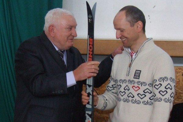 Albín Bernaťák (vľavo) venoval po piatej olympiáde Martinovi Bajčičákovi bežky, na ktorých skvelý bežec na lyžiach začínal.