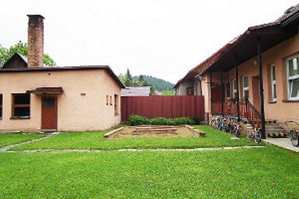 Samospráva chce zvýšiť kapacitu nadstavbou budovy vpravo ajej prístavby smerom ku kotolni (vľavo).