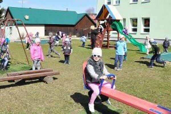 Obec musí vyriešiť pozemky pod materskou školou a zvýšený záujem o jej služby.