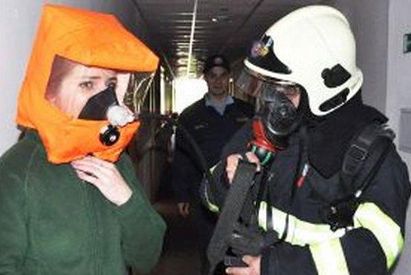 Bez ochrannej dýchacej masky by jedovatému dymu neunikli.