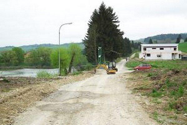Nová cesta Močiare Sihoť, vrátane chodníka asietí, bude široká dvanásť metrov. Tento rok obec plánuje urobiť hrubé zemné práce.