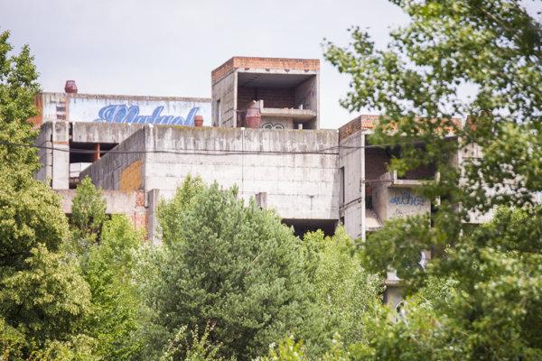 Nedokončená Fakultná nemocnica s poliklinikou Rázsochy v mestskej časti Lamač.