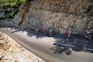 Cyklisti bojujú na trase 14. etapy Tour de France 2018.