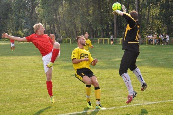 Futbalisti Dlhej (v žltých dresoch) vyhrávali 1:0, no nakoniec prehrali.