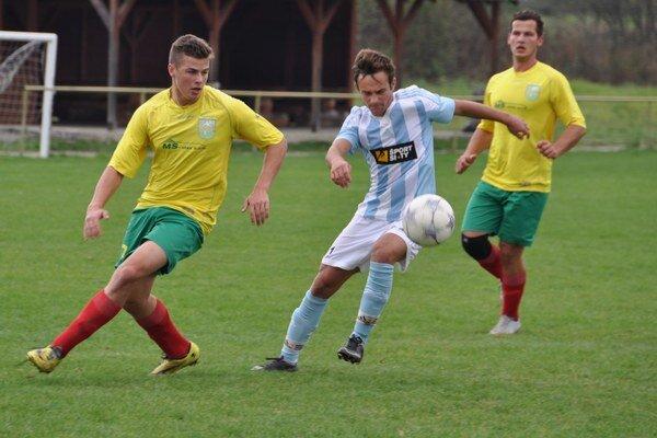 Futbalisti Pribiša (v žltých dresoch) prekvapili v Kline.