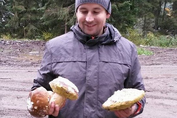 Aj Juraj Pribula našiel v Mútnom hríby pod snehom. Tieto tri ho majú ešte na klobúčikoch.